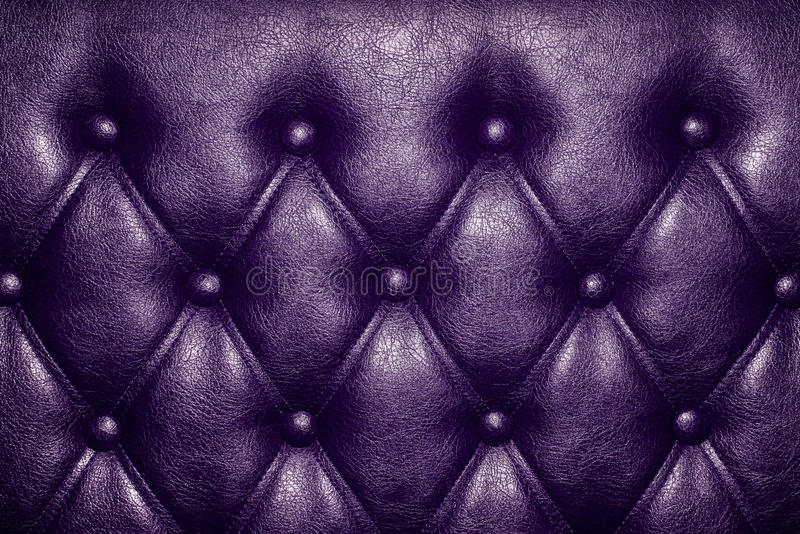 Lilaläderbakgrund arkivfoton
