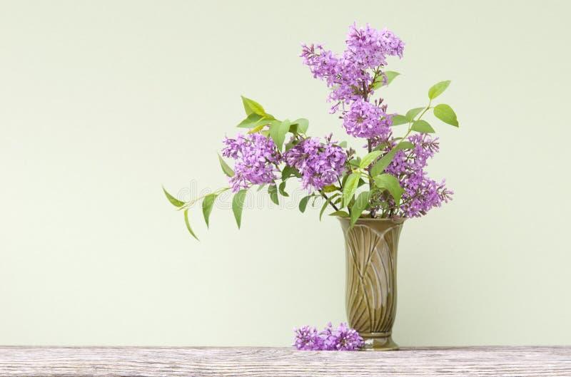 Lilas pourpres dans un vase image stock