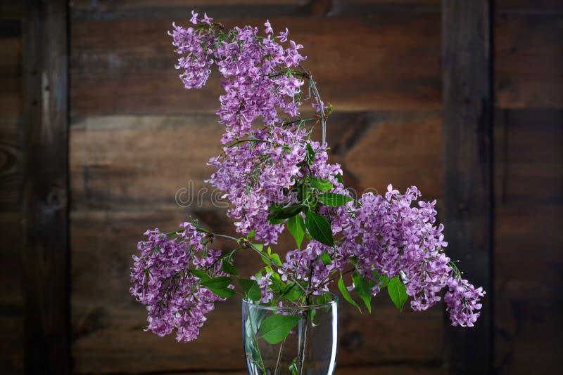 Liliacbloemen tegen houten achtergrond stock afbeelding