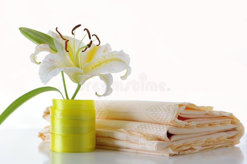 Lilie und Tischdecke lizenzfreie stockbilder