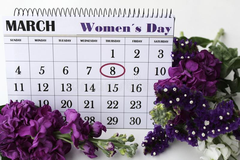 Liliums et fleurs et calendrier de Helichrysum avec le jour des femmes marquées photographie stock libre de droits