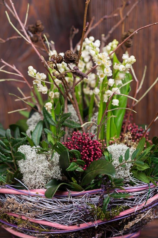Lilja på dalen i handgjord korgdekor royaltyfri bild