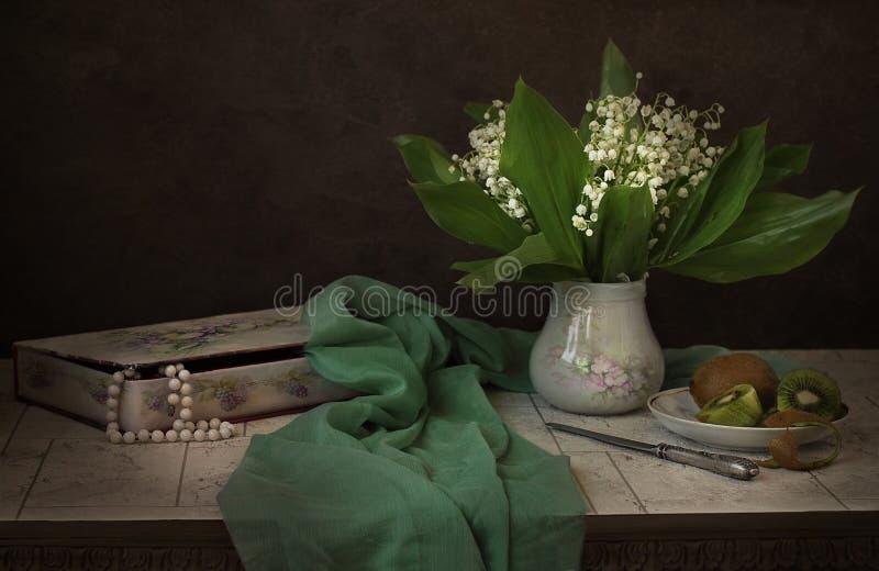 Liljekonvaljer och kiwi fotografering för bildbyråer