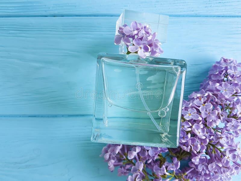 Lillà della bottiglia di profumo su rilassamento di legno di bellezza di aromaterapia fotografie stock libere da diritti