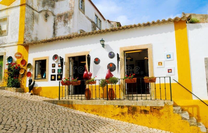 Lilla Art Crafts Store på den Obidos byn, litet typisk hus, Artisanal hantverk royaltyfri foto