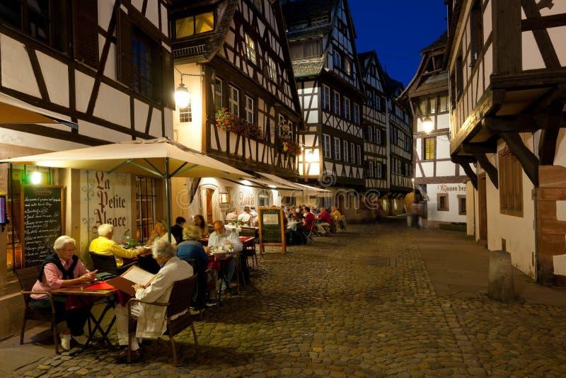 Lilla cafes i Liten och nätt-Frankrike royaltyfri fotografi