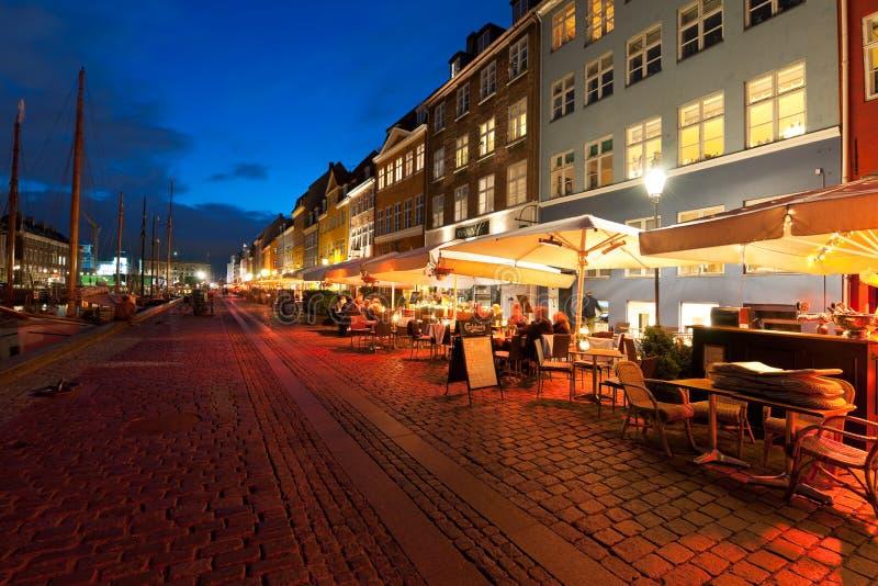Lilla cafes på Nyhavn på natten royaltyfri fotografi