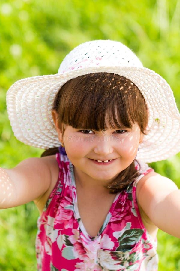 Lilla Cutie som har gyckel i sommarnatur arkivbild
