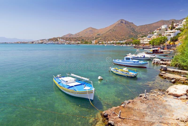 Lilla fiskebåtar på segla utmed kusten av Crete royaltyfria bilder