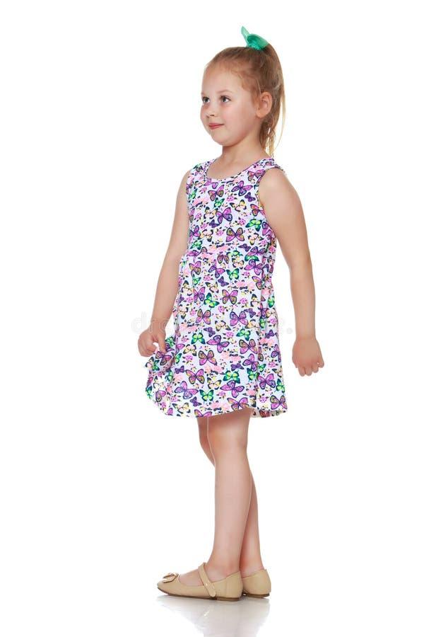 Lilla flickan är hellång royaltyfria foton