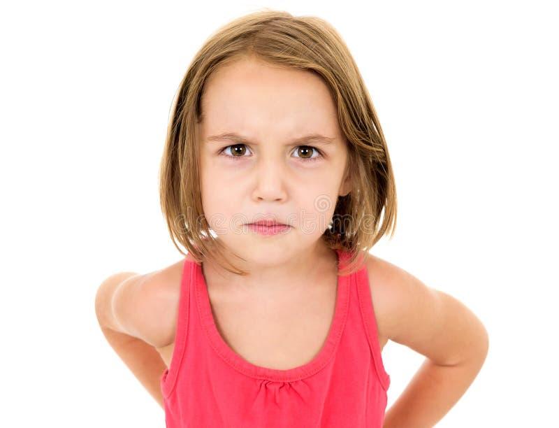 Lilla flickan är ilsken, tokig och se kameran arkivfoton