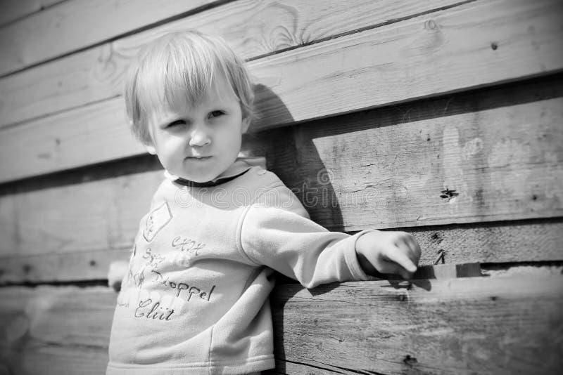 Lilla flickan är lycklig och att spela arkivfoton