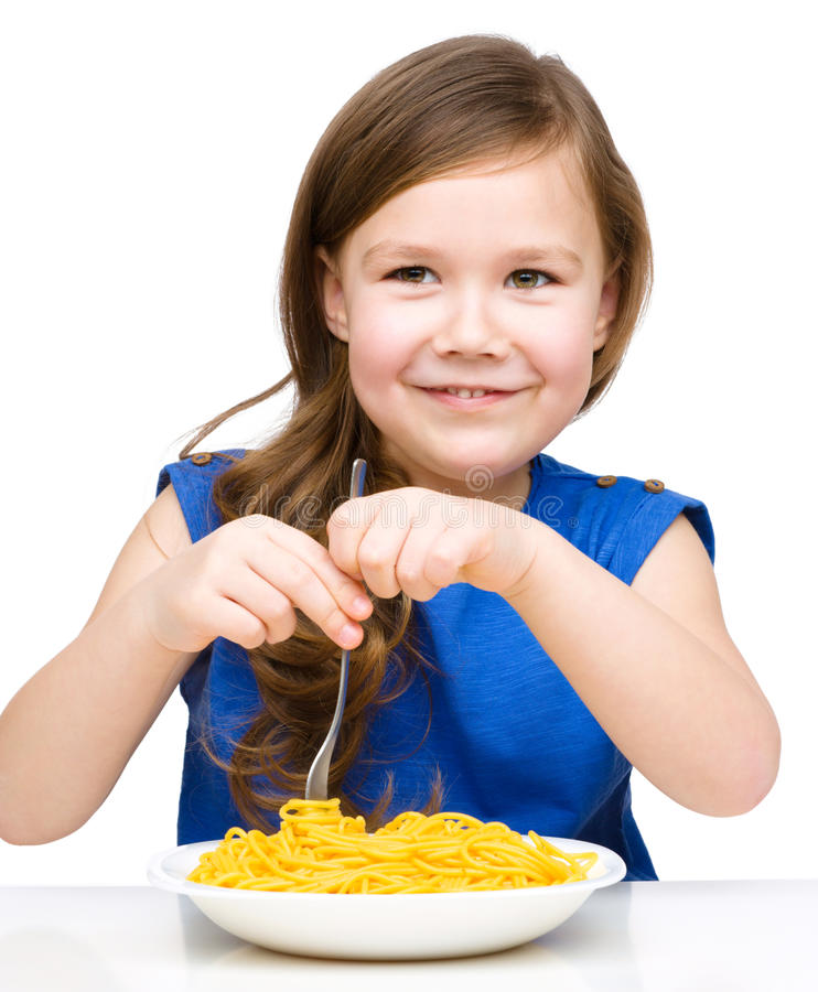 Lilla flickan äter spagetti royaltyfria foton