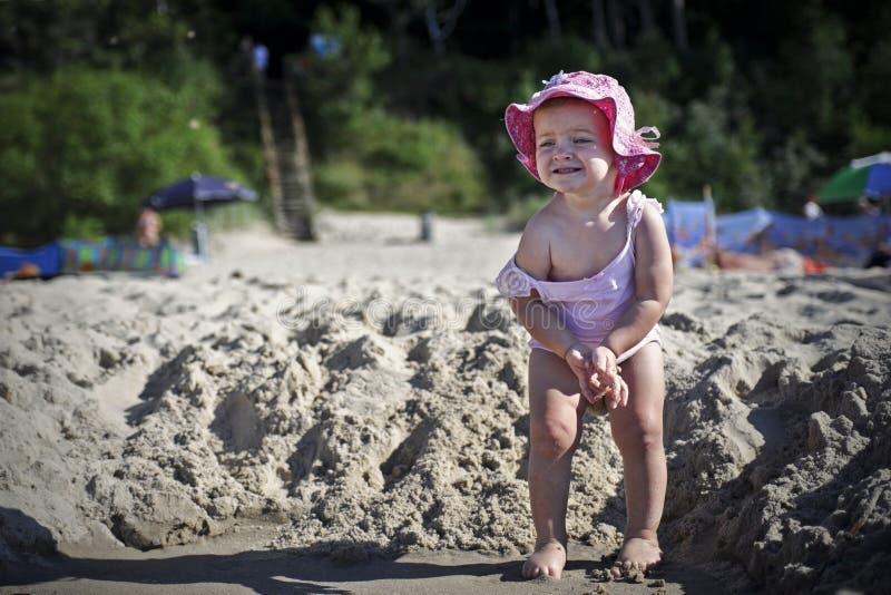 Lilla flickan önskar att kissa royaltyfri bild