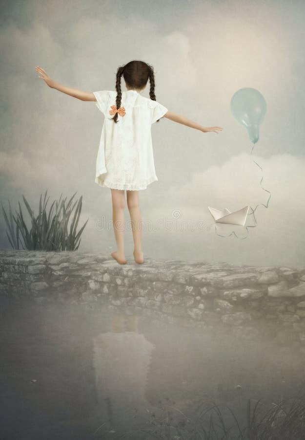 Lilla flickan balanserar på väggen royaltyfria foton