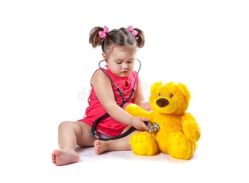 Lilla flickan behandlar leksaken arkivbild