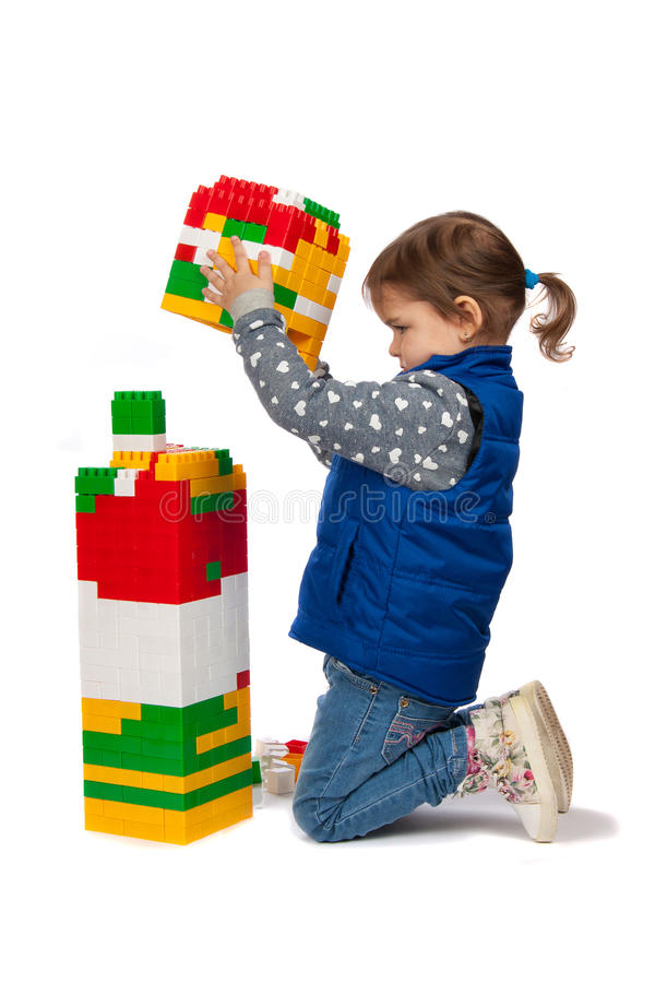 Lilla flickan bygger ett torn arkivbilder