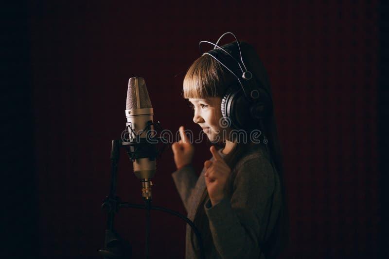 Lilla flickan dansar under sången arkivfoton