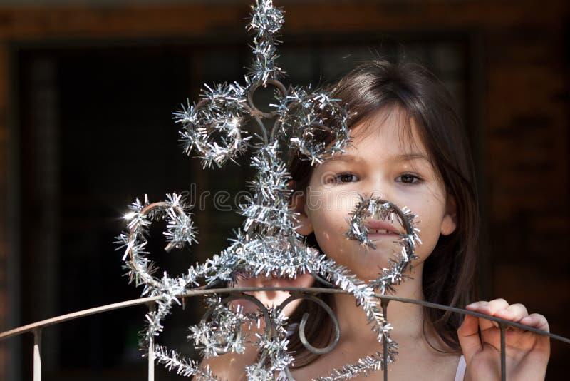 Lilla flickan dekorerar porten av huset royaltyfri bild