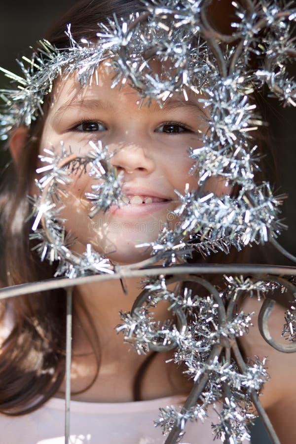 Lilla flickan dekorerar porten av huset royaltyfria bilder