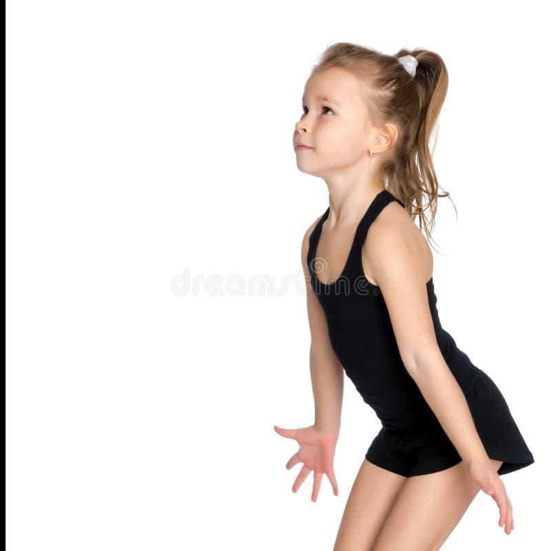 Lilla flickan fångar bollen royaltyfri foto
