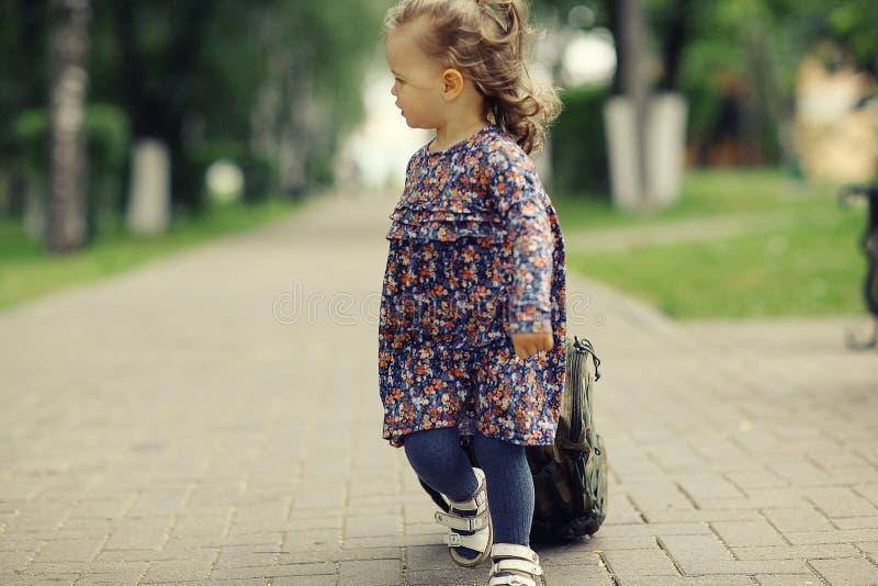 Lilla flickan för en gå parkerar in royaltyfria bilder