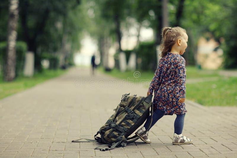 Lilla flickan för en gå parkerar in royaltyfri bild
