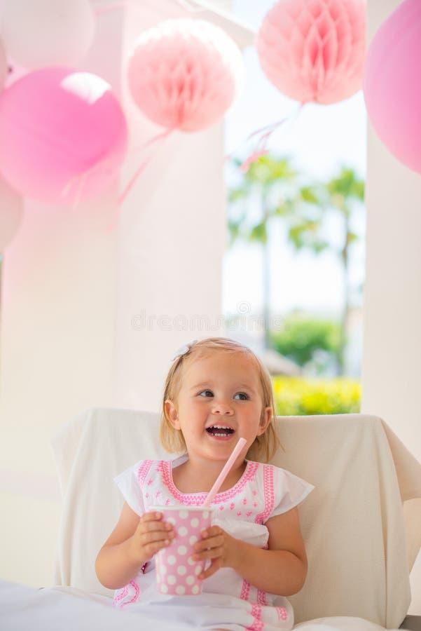 Lilla flickan firar partiet för den lyckliga födelsedagen arkivbilder
