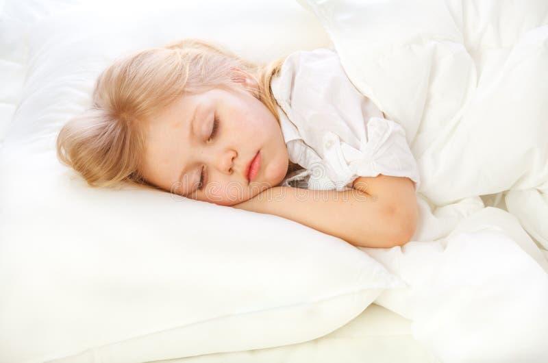 Lilla flickan går att bädda ned, att bädda ned, att sova, vilar royaltyfri fotografi
