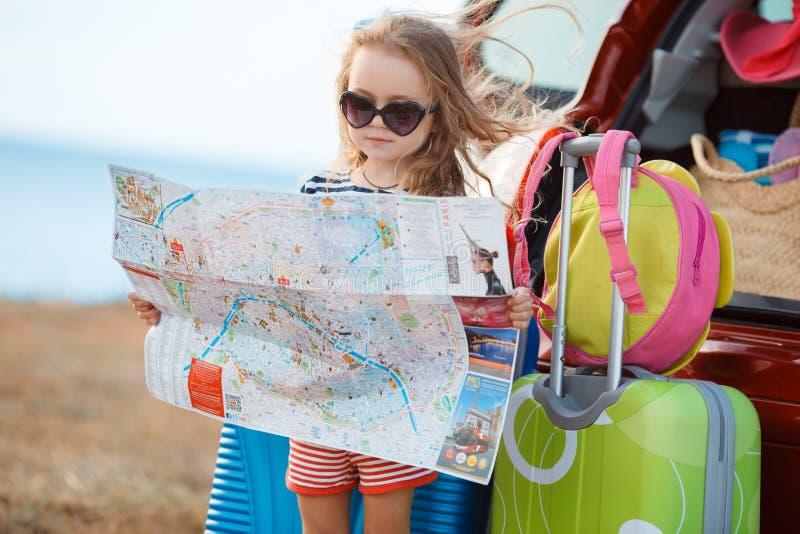 Lilla flickan går på en resa arkivbilder