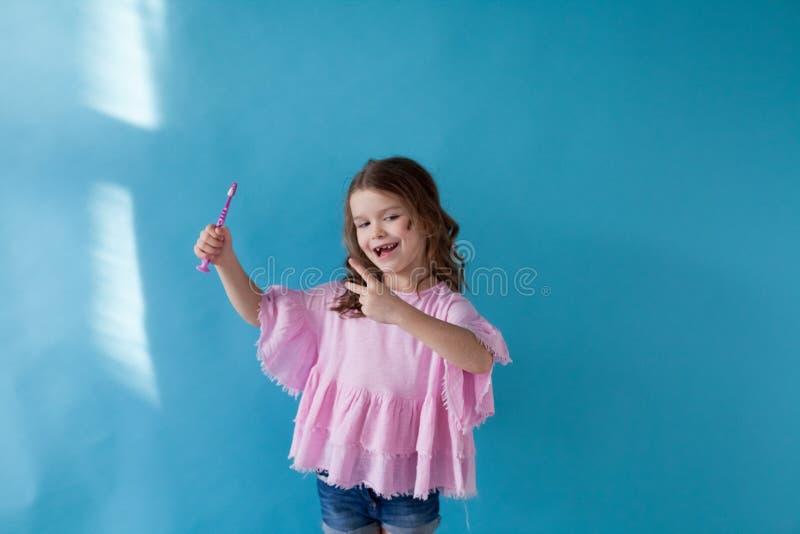 Lilla flickan gör ren den trevliga tandtandläkekonstsjukvården royaltyfri fotografi