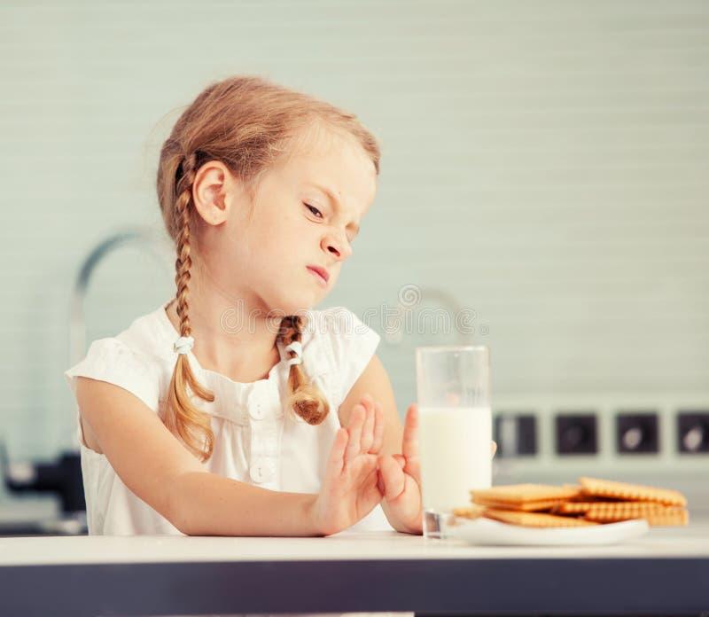 Lilla flickan gillar inte mjölkar fotografering för bildbyråer