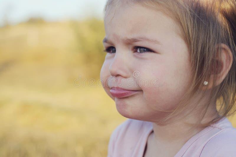 Lilla flickan grät, rubbningen och bedrövat royaltyfria bilder