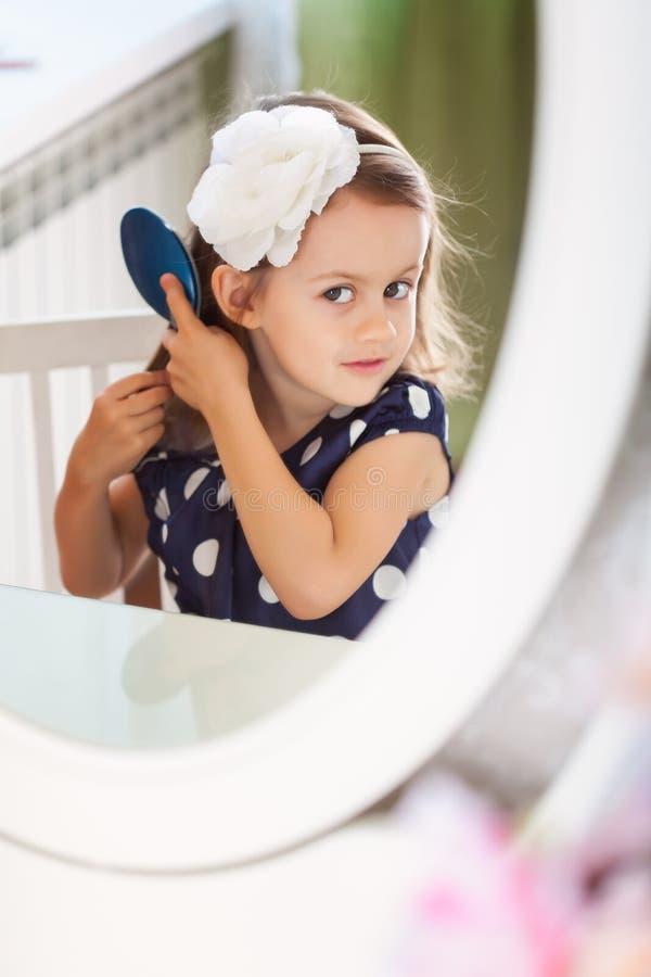 Lilla flickan hairbrushing royaltyfri fotografi