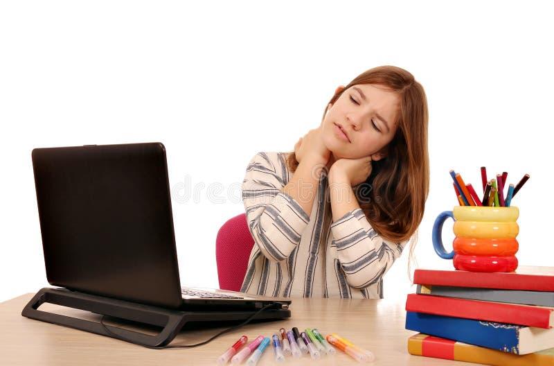Lilla flickan har att smärta i hennes hals, medan genom att använda en bärbar dator arkivfoton