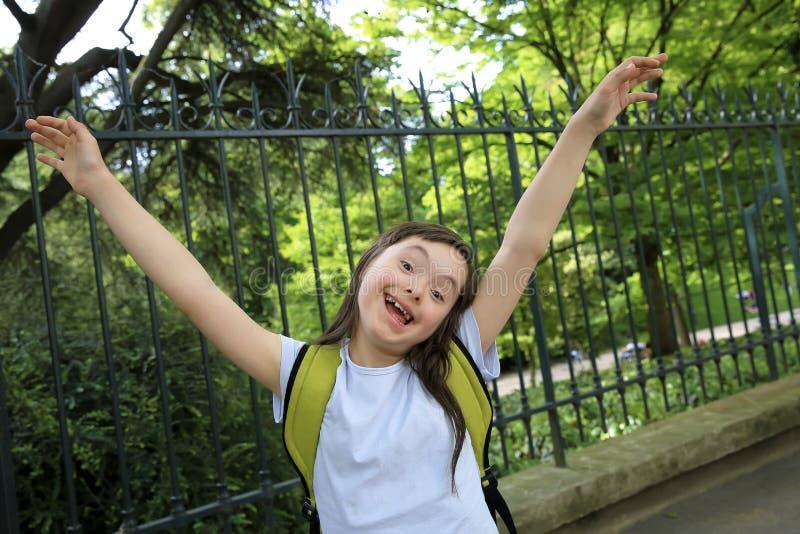 Lilla flickan har gyckel i parkera royaltyfria bilder