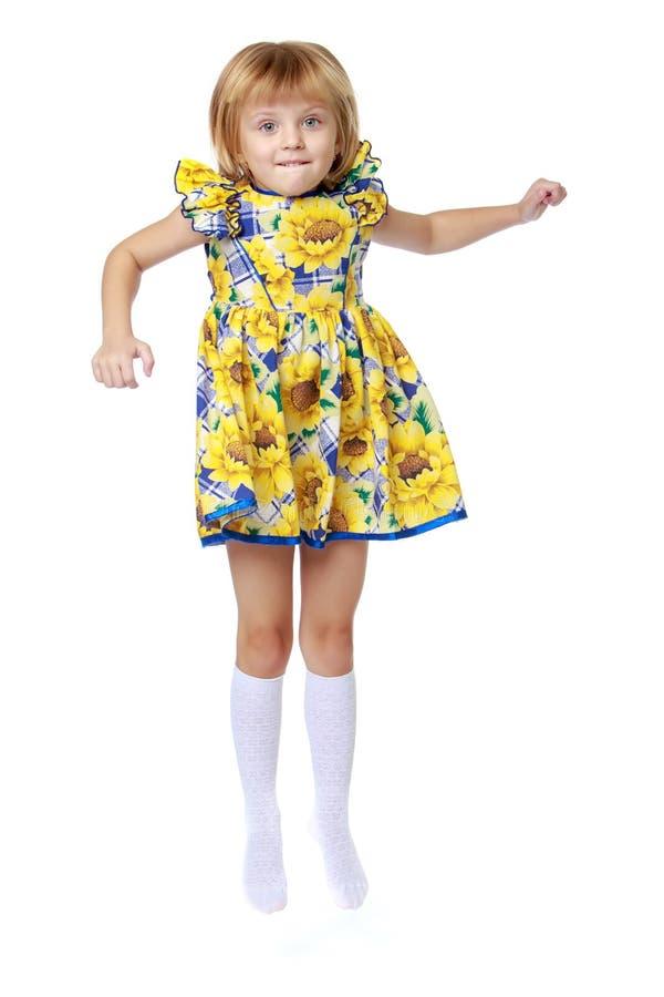 Lilla flickan hoppar arkivfoto