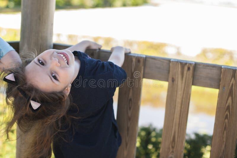 Lilla flickan i en sommar parkerar att spela lyckligt barn Svobodnoe ställe för text kopiera avstånd royaltyfria foton