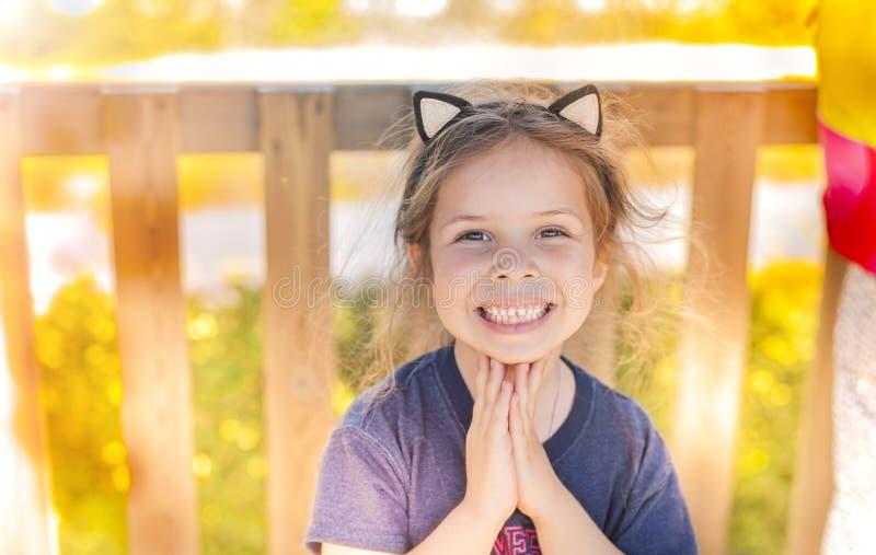 Lilla flickan i en sommar parkerar att spela lyckligt barn Svobodnoe ställe för text kopiera avstånd arkivfoton