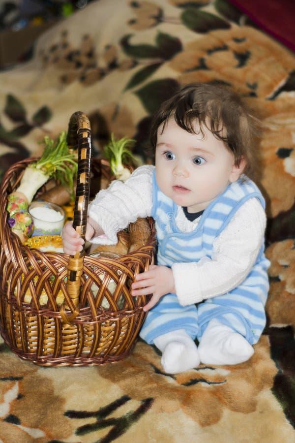 Lilla flickan jublar på den festliga korgen arkivbild