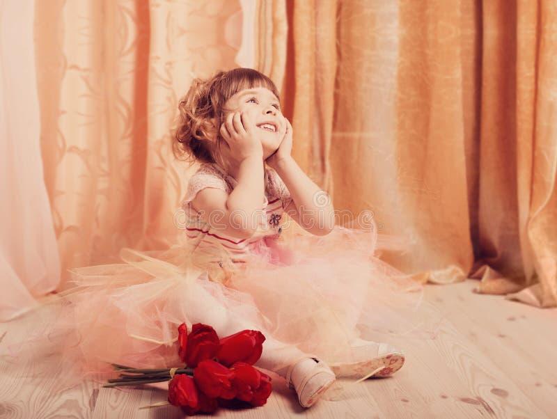 lilla flickan klädde som en ballerina i en ballerinakjol inomhus royaltyfri foto