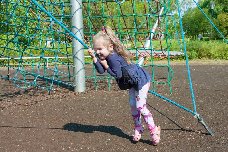 Lilla flickan klättrar repstegar i dag arkivbilder