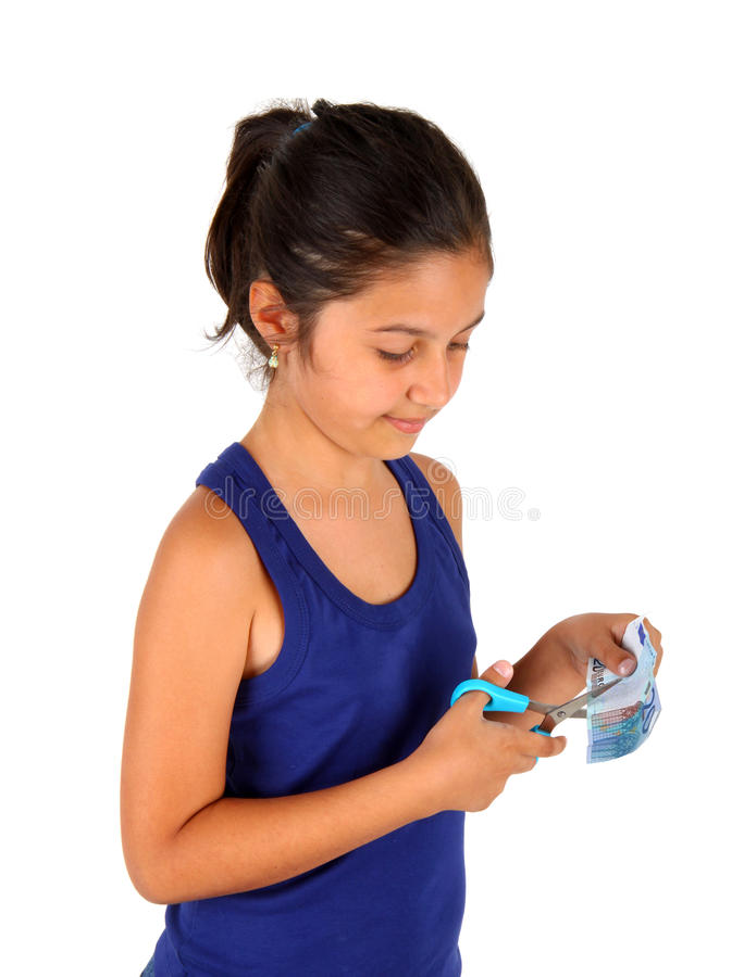 Lilla flickan klipper ett euro tjugo royaltyfria bilder