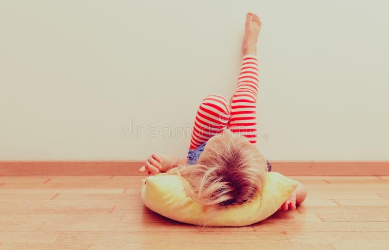 Lilla flickan kopplar av hemma fotografering för bildbyråer