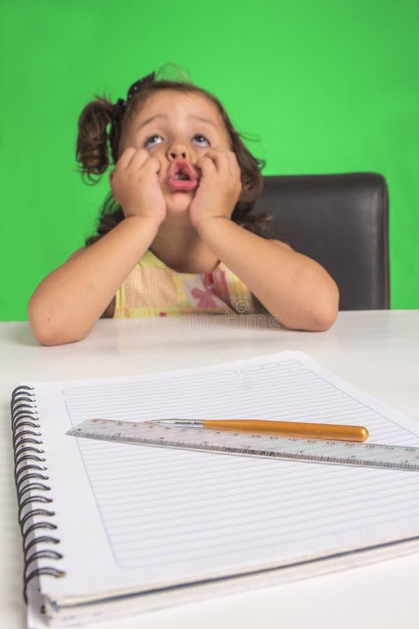 Lilla flickan lär fotografering för bildbyråer
