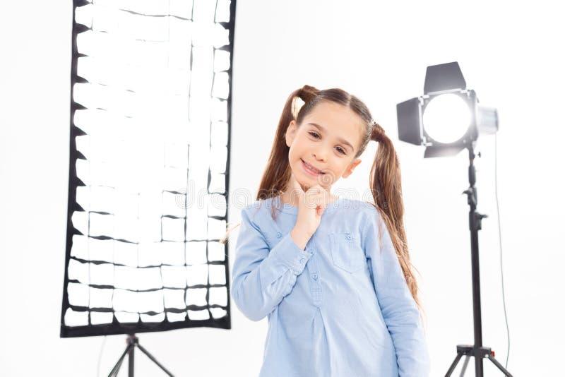 Lilla flickan poserar entusiastiskt under royaltyfri bild