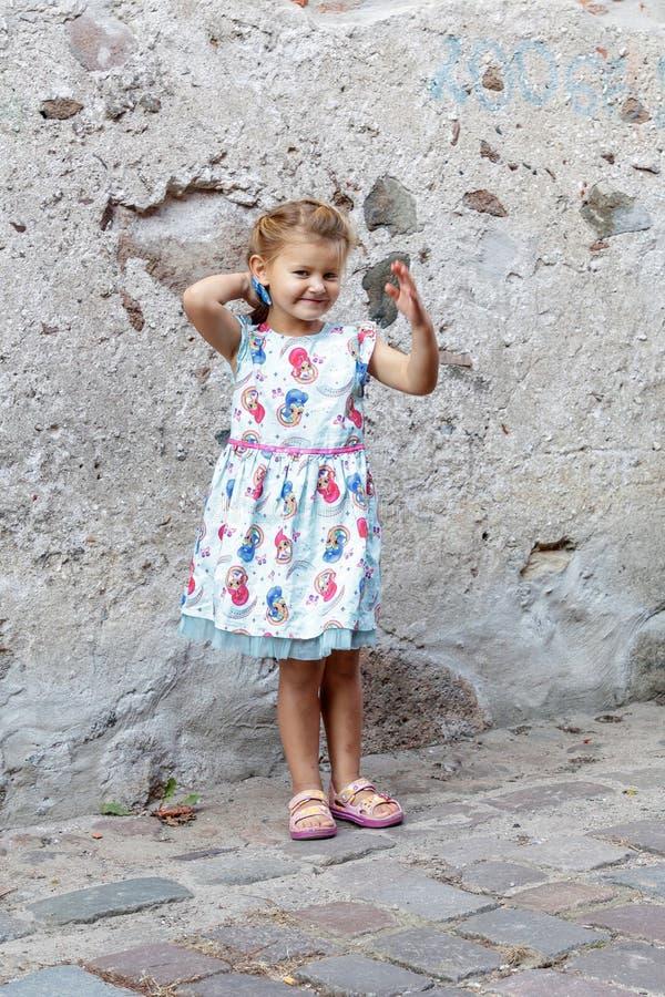 Lilla flickan poserar för fotograf arkivbild