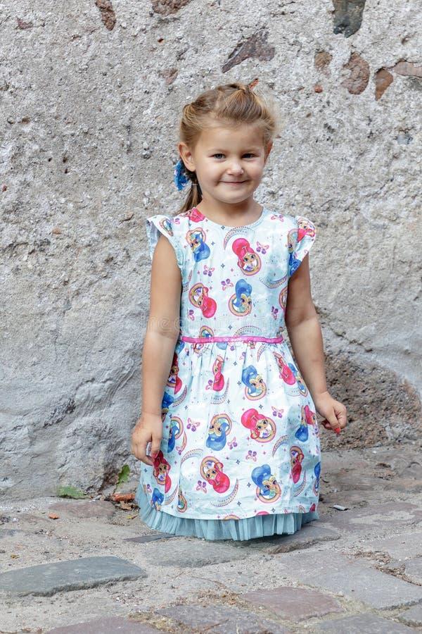 Lilla flickan poserar för fotograf royaltyfri bild