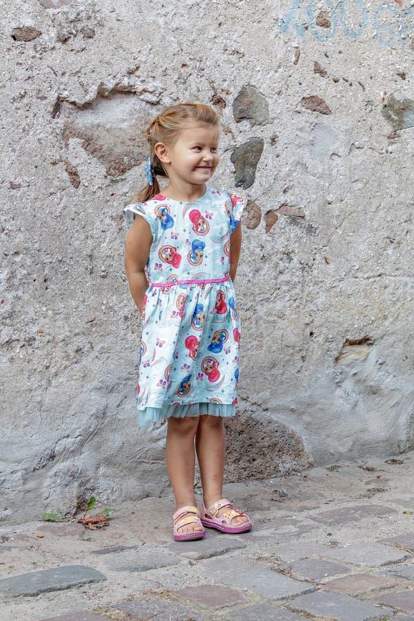 Lilla flickan poserar för fotograf arkivbilder