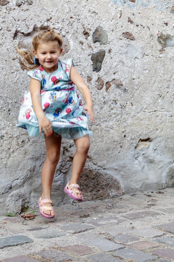 Lilla flickan poserar för fotograf royaltyfri foto